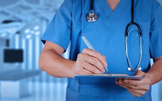Um profissional de saúde se preparando para coletar sangue de um paciente.